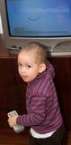 El pequeños niño y TV Foto de archivo libre de regalías