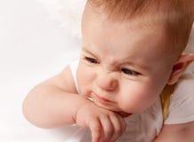 El pequeño bebé hace caras divertidas Fotos de archivo libres de regalías