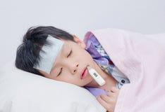 El pequeño dormir enfermo del muchacho Fotos de archivo libres de regalías
