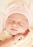 El pequeño dormir lindo del bebé Imágenes de archivo libres de regalías