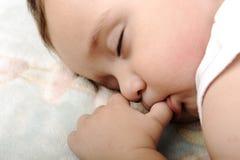El pequeño dormir lindo del bebé Fotografía de archivo