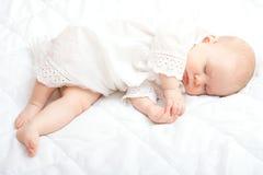 El pequeño dormir lindo del bebé Imagen de archivo libre de regalías
