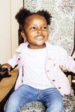 El pequeño jugar afroamericano dulce lindo de la muchacha feliz con los juguetes Fotografía de archivo