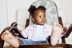 El pequeño jugar afroamericano dulce lindo de la muchacha feliz con los juguetes en casa, concepto de los niños de la forma de vi Foto de archivo