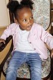 El pequeño jugar afroamericano dulce lindo de la muchacha feliz con los juguetes en casa, concepto de los niños de la forma de vi Imagen de archivo libre de regalías