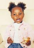 El pequeño jugar afroamericano dulce lindo de la muchacha feliz con los juguetes en casa, concepto de los niños de la forma de vi Fotos de archivo libres de regalías