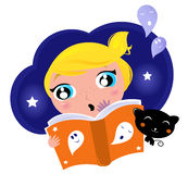 El pequeño niño tiene miedo al leer historia. Fotografía de archivo
