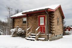 El pequeño roomed la cabaña de madera en nieve en invierno Imagenes de archivo