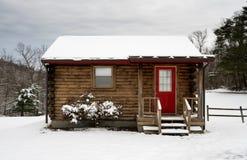 El pequeño roomed la cabaña de madera en nieve en invierno Imagen de archivo libre de regalías