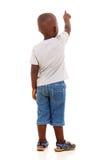 El pequeño señalar africano del muchacho Foto de archivo