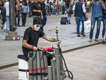 El percussionist anónimo enmascarado se realiza en el cuadrado Milán del Duomo imágenes de archivo libres de regalías