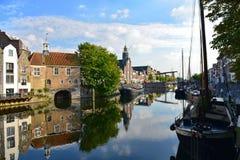 El peregrino engendra la iglesia y casas históricas a lo largo del río Nieuwe Mosa en Delfshaven Imagen de archivo