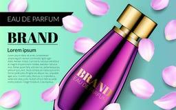 El perfume contenido en mofa del vidrio para arriba con los pétalos que caen florece el fondo Rosa Rose Water Spray Bottle del en Fotos de archivo libres de regalías