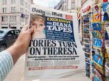 El periódico de Daily Mail sobre las cintas del seret de princesa Diana y allí es imagenes de archivo