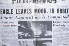 El periódico del St Louis Post-Dispatch exhibe la misión de la luna de Apolo 11, el 21 de julio de 1969 foto de archivo