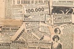 El periódico junta las piezas del vintage que hace publicidad de viejas tiras de la revista fotografía de archivo libre de regalías
