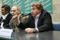 El periodista Alexander Ryklin habla en una rueda de prensa de la oposición rusa fotografía de archivo libre de regalías