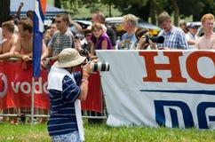 El periodista del fotógrafo o de la foto captura imágenes en 2013 el acontecimiento de natación de la milla de Midmar, Suráfrica Imagen de archivo