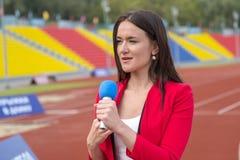 El periodista está divulgando del estadio Foto de archivo libre de regalías
