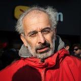El periodista italiano Gad Lerner escucha los manifestantes que protestan en Milán, Italia Imagen de archivo