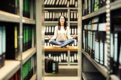 El permanecer de la mujer joven calma en medio del caos Fotografía de archivo