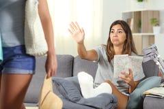 El permanecer que se queja de la muchacha discapacitada en casa de vacaciones imagen de archivo libre de regalías
