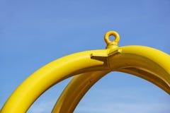 El perno de ojo con la trayectoria de la seguridad de la estructura del hierro fijada en bloque por los tornillos rompe los ganch Imagen de archivo libre de regalías