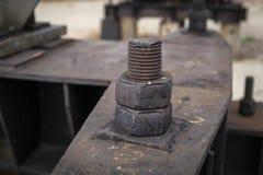 El perno oxidado es un elemento de la estructura del metal fotos de archivo