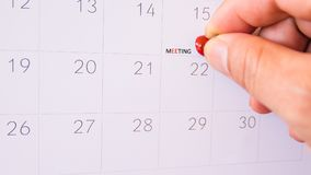 El perno rojo del empuje en la página del calendario para recuerda y ev importante marcado Foto de archivo libre de regalías