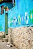 El perro descansa fuera de casa pintada con diseños del huipil en Santa Catarina Palopo, lago Atitlan, Guatemala imagen de archivo libre de regalías