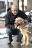 El perro guía está ayudando a un hombre ciego Imagen de archivo libre de regalías