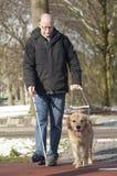 El perro guía está ayudando a un hombre ciego Imagenes de archivo
