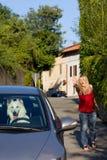 El perro sale del propietario Imagen de archivo libre de regalías