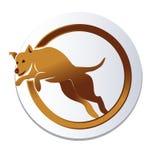 El perro salta sobre logotipo del aro Imagenes de archivo