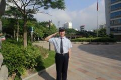 El personal de seguridad saluda Foto de archivo libre de regalías