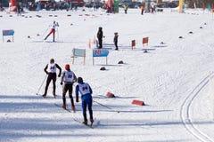 El personal del esquí en la pista antes de los campeonatos del mundo en esquí se divierte fotografía de archivo libre de regalías