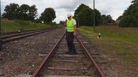 El personal ferroviario comprueba la condición ferroviaria almacen de video
