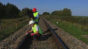 El personal ferroviario comprueba la condición ferroviaria almacen de metraje de vídeo