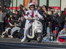 El personal y viaja en automóvili todos en blanco en Rose Parade Imágenes de archivo libres de regalías