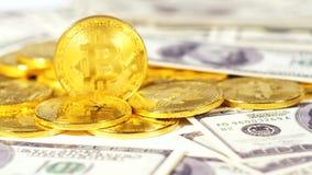 El pertenecer a las monedas mundiales de Cryptocurrency puestas en dólares almacen de metraje de vídeo