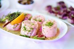 El pescado delicioso rueda con las verduras servidas en un partido o una recepción nupcial Imagenes de archivo