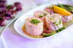 El pescado delicioso rueda con las verduras servidas en un partido o una recepción nupcial Imagen de archivo