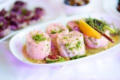 El pescado delicioso rueda con las verduras servidas en un partido o una recepción nupcial Fotografía de archivo libre de regalías