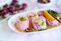 El pescado delicioso rueda con las verduras servidas en un partido o una recepción nupcial Imágenes de archivo libres de regalías