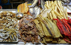 El pescado secado se vende en el mercado Fotos de archivo