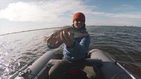 El pescador aficionado sostiene el Zander almacen de metraje de vídeo