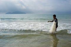 El pescador chino saca de la cadena el mar Imagen de archivo libre de regalías