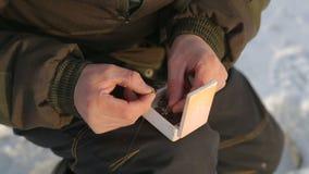 El pescador coge en el bloodworm para el invierno almacen de video