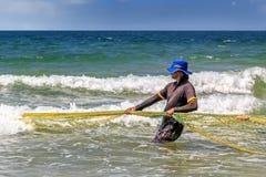 El pescador coge pescados en el mar en un día soleado Fotografía de archivo libre de regalías