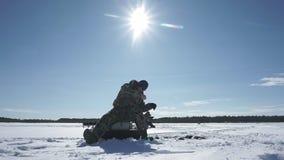 El pescador coge un pescado, deporte de invierno, afici?n del invierno almacen de metraje de vídeo